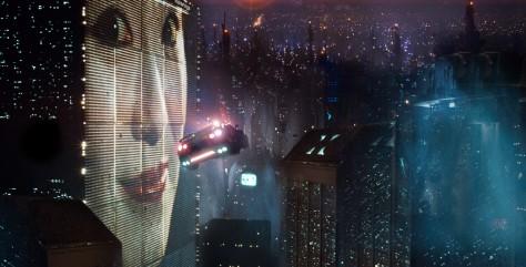 Cena do filme que retrata o universo de Blade Runner.